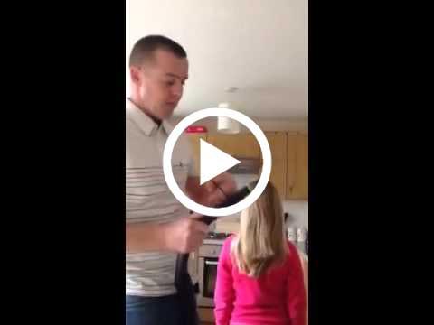 كيف يمشط الاب شعر بنته