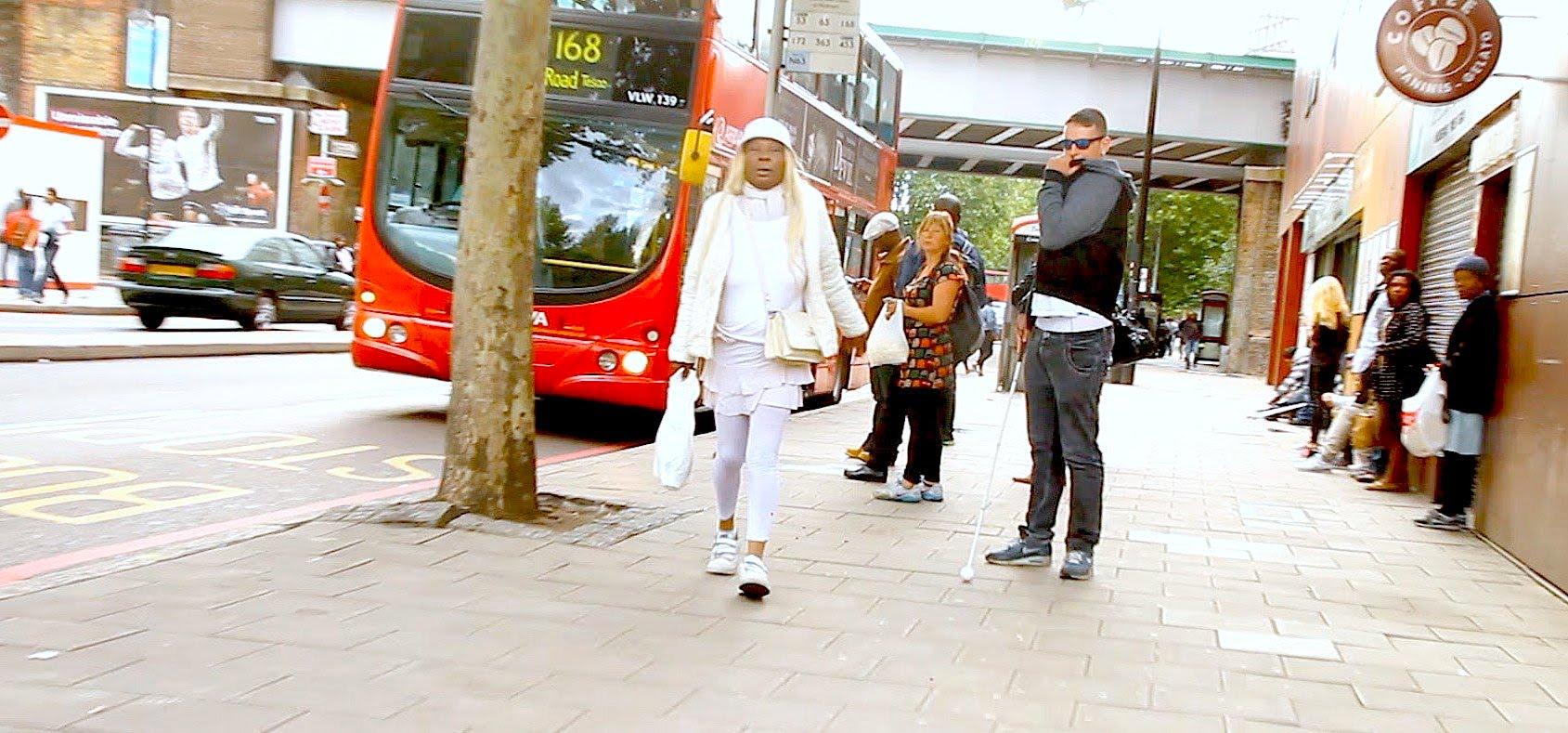 رجل اعمى يرمي بمحفظته ليرى كيف يتصرف الناس بها