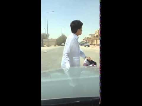 فتى نزل من سيارته لتسجيل مقطع فيديو ونسى الجوال والمفتاح بداخلها